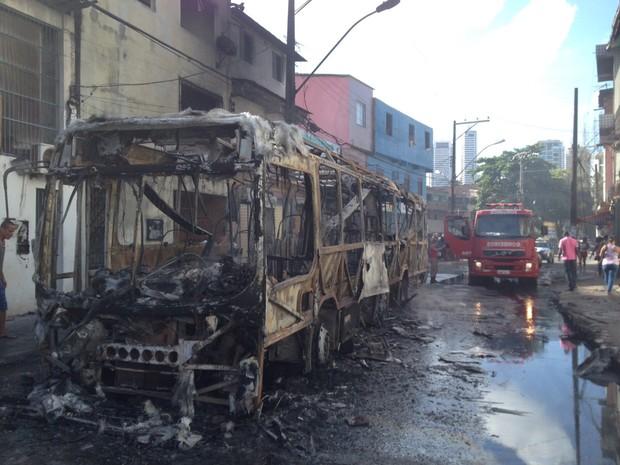 Ônibus queimado em Vale das Pedrinhas (Foto: German Maldonado/TV Bahia)