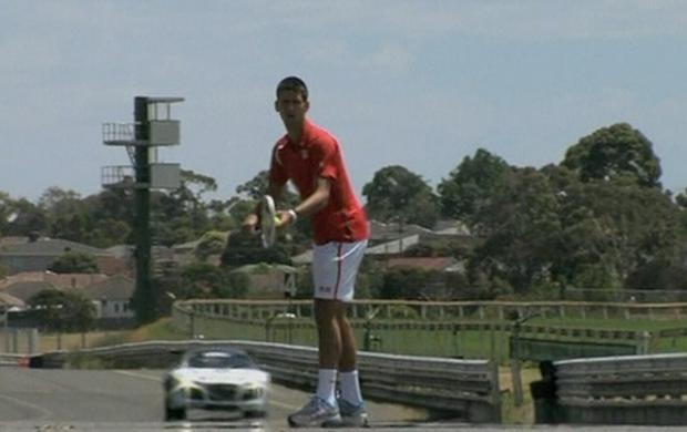 """Novak Djokovic """"vence"""" carro em ação comercial (Foto: Reprodução SporTV)"""