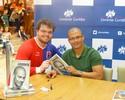 Com presença de jogadores, Alex lota livraria em lançamento de biografia