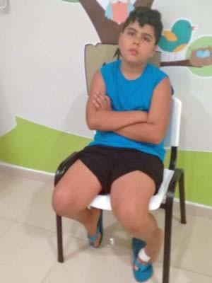 Pedro Antônio Couto, de 10 anos, aguarda por vacina em posto de saúde do DF (Foto: Marcilene Couto/Arquivo Pessoal)