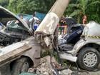 Jovens sofrem acidente ao voltar de casa noturna e carro fica destruído