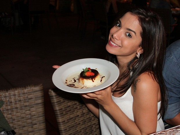Anitta em restaurante na Zona Oeste do Rio (Foto: Anderson Borde/ Ag. News)
