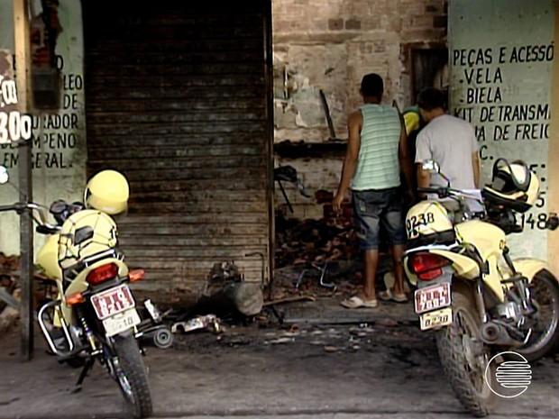 Além da oficina de motos, ponto de mototaxistas foi atingido pelo fogo (Foto: Reprodução/TV Clube)