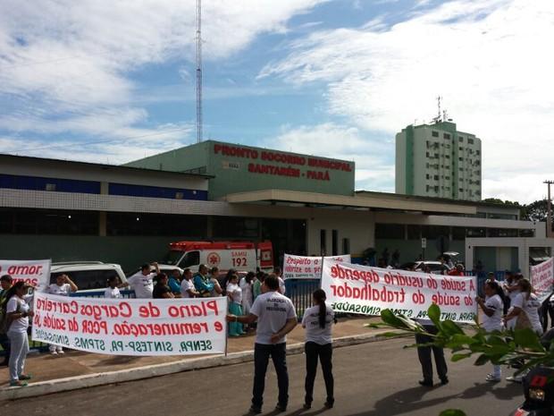 Manifestação ocrreu em frente ao PSM de Santarém (Foto: Fábio Barbosa)