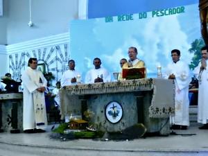 Arcebispo Dom Sérgio Castriani presidiu missa (Foto: Suelen Gonçalves/G1 AM)