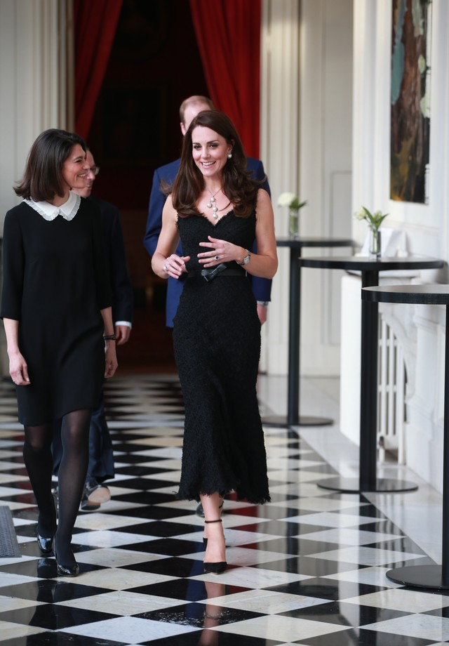 Kate Middleton veste Alexander McQueen para jantar de gala, em Paris (Foto: Getty Images)