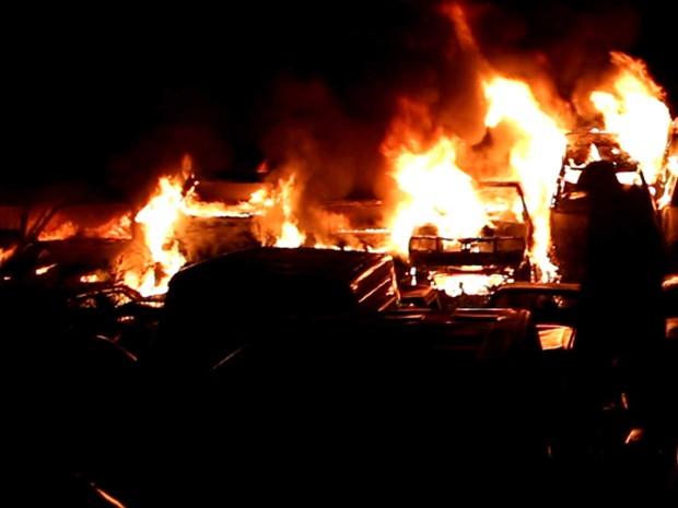 Incêndio em pátio de automóveis em Indaiatuba (Foto: José Braz/Arquivo pessoal)