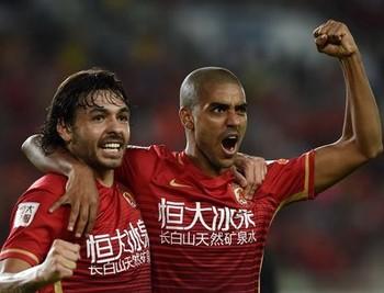 Ricardo Goulart e Alan Guangzhou Evergrande (Foto: Osports.cn)