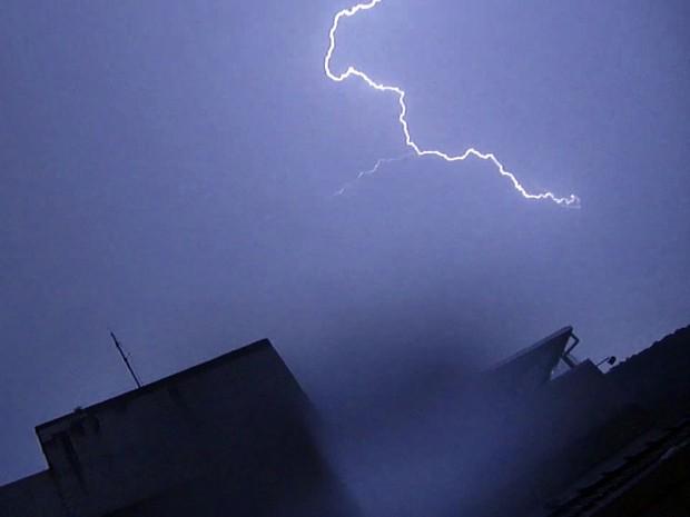 Grande quantidade de raios caiu na Baixada Santista (Foto: Rodolfo Bonafim)