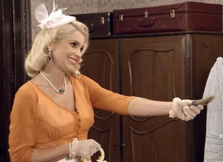 Sandra oferece dinheiro para Filomena deixar a cidade