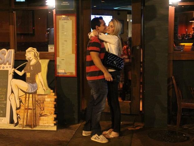 Bárbara Evans com o namorado, Leonardo Conrado, em restaurante na Zona Sul do Rio (Foto: Rodrigo dos Anjos/ Ag. News)