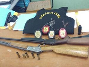 Pastor foi autuado em flagrante nos crimes de posse irregular e porte irregular de arma de fogo de uso permitido.  (Foto: SSPDS/Divulgação)