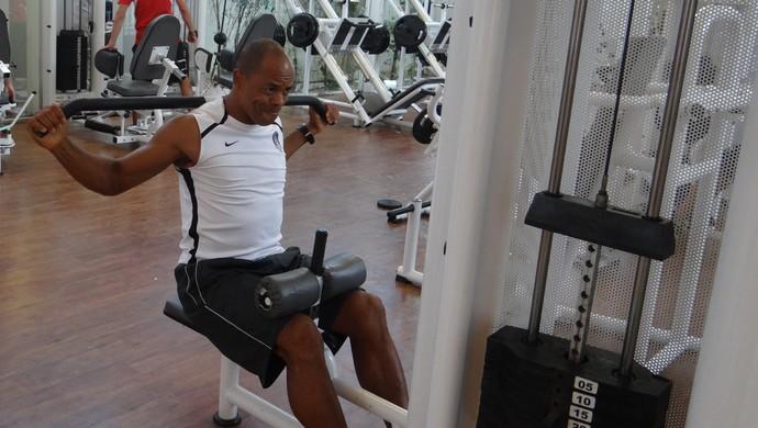 Denílson, atacante do CRB, trabalhando forte (Foto: Denison Roma / Globoesporte.com)