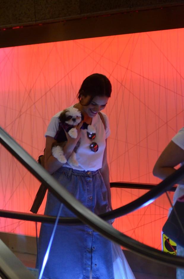 Bruna Marquezine compra cachorrinho (Foto: Agnews)