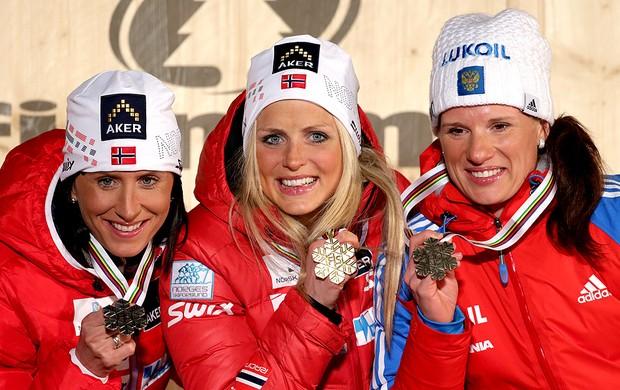 Pódio Mundial de esquicross com Marit Bjoergen, Therese Johaug e Yulia Tchekaleva (Foto: AP)