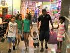 Dudu Nobre 'faz a festa' da criançada em shopping do Rio