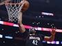 Nenê crava duplo-duplo, e Rockets trucidam Clippers em Los Angeles