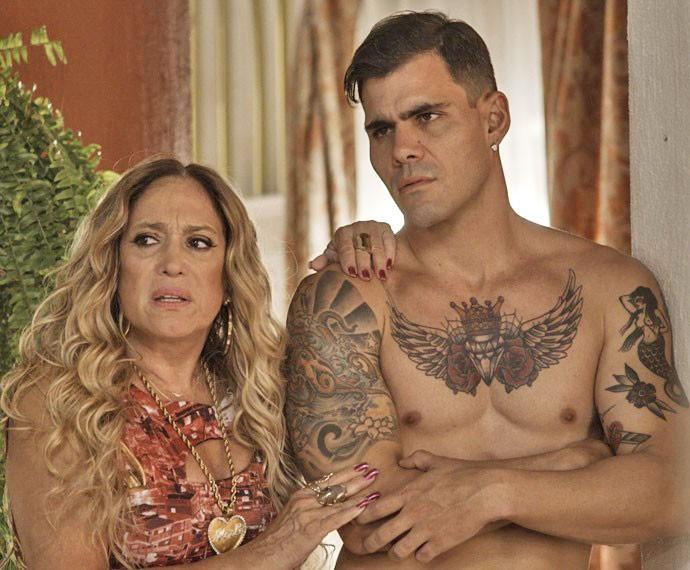 Em cena, Susana aparece ao lado de seu filho na trama, o MC Merlô (Foto: TV Globo)
