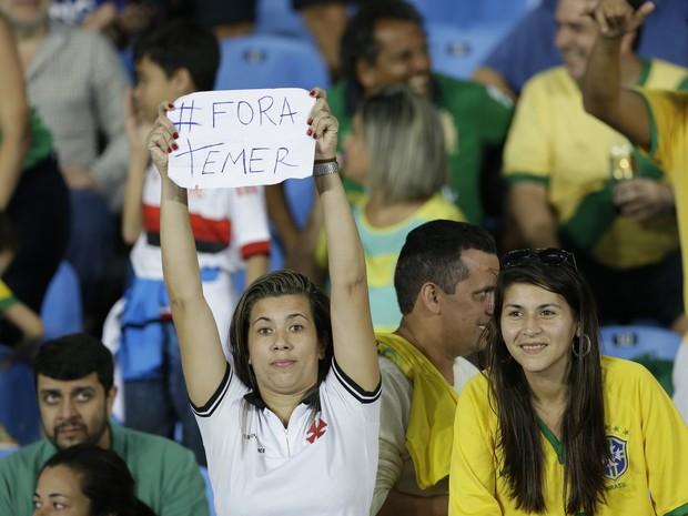 Protesto durante jogo da Olimpíada no Engenhão, no Rio (Foto: Leo Correa/AP)