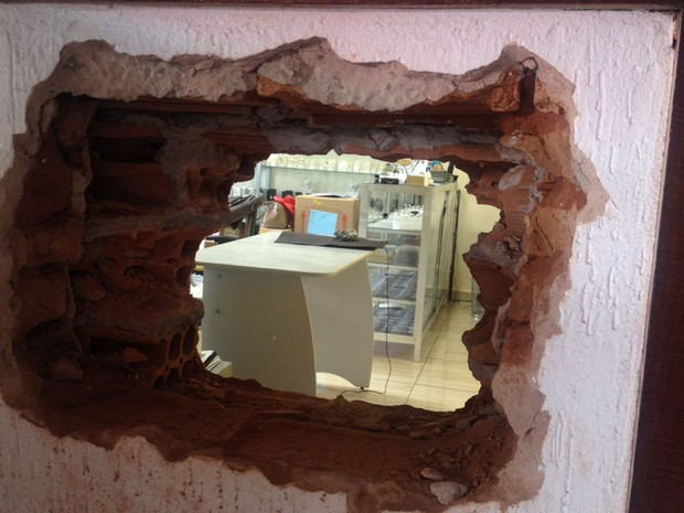 205cd6c048c Buraco foi feito na parede que divide as duas lojas (Foto  Valmir Custódio