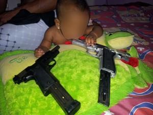 Criança aparece com arma na boca em foto (Foto: Divulgação / Polícia Civil)
