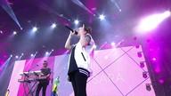 Público canta 'Boyfriend' junto com Tegan and Sara