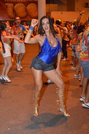 Carla Prata com Patrick Carvalho em ensaio da escola de samba carioca União da Ilha, na Zona Norte do Rio (Foto: Rodrigo Mesquita/ Divulgação)
