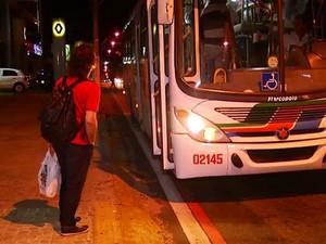 Auxiliar de cozinha aguardava o ônibus quando foi assaltado (Foto: Reprodução/Inter TV Cabugi)