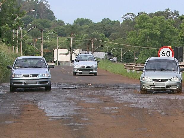 Carros precisam invadir a contramão para desviar de buracos na Avenida Bandeirantes (Foto: Alexandre Sá/EPTV)