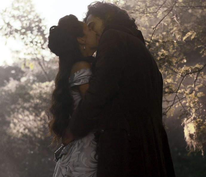Joaquina e Xavier se beijam (Foto: TV Globo)