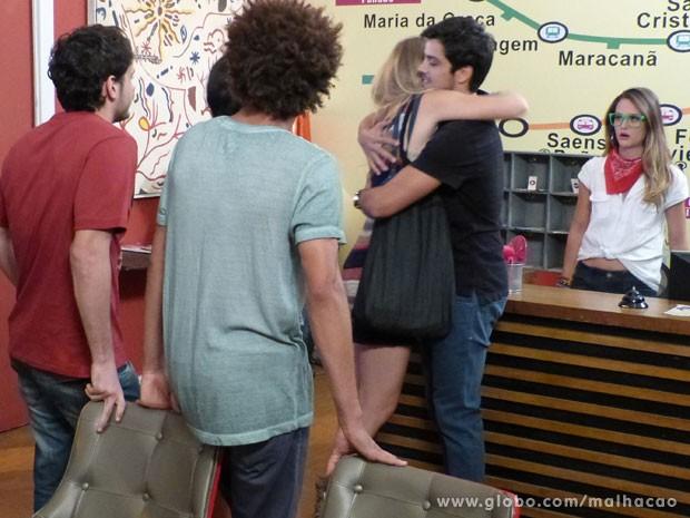 Ih, gnt! Fatinha toda trabalhada no recalque! Olha a cara da Fat pras gringas! VISH! (Foto: Malhação / Tv Globo)