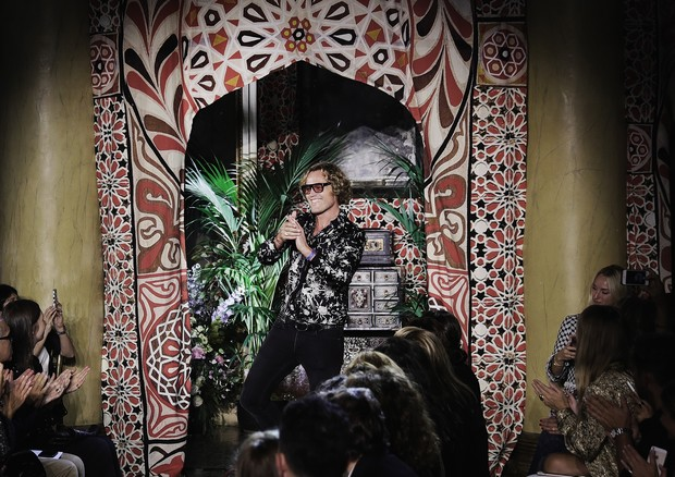 Peter Dundas ao final do desfile de verão 2017 da Roberto Cavalli (Foto: Getty Images)