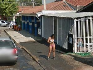 Prostituição durante o dia na Rua Pacaembu no Jardim Itatinga (Foto: Reprodução/ Google Street View)