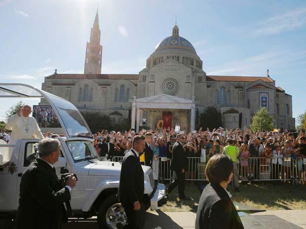 Papa Francisco chega à Basília do Santuário Nacional da Imaculada Conceição, em Washington, para missa de canonização de padre espanhol (Foto: REUTERS/Brian Snyder)
