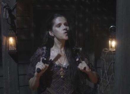 Elvira salva Fred e Miss Liu na batalha dos piratas