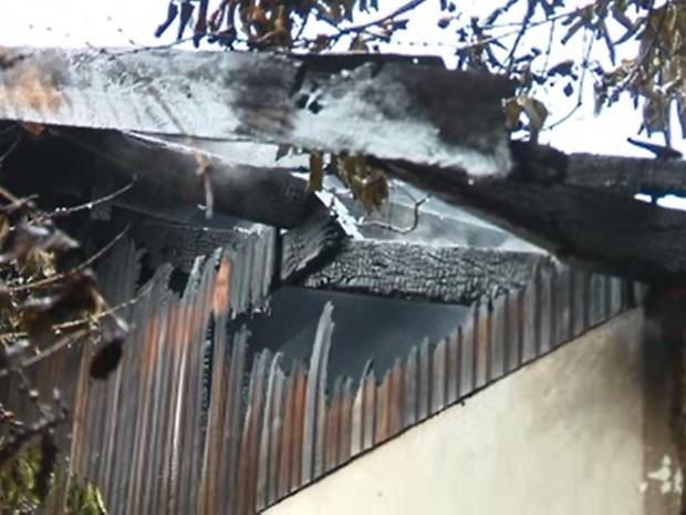 Casa mais atingida não tinha morador (Foto: RPC Maringá/Reprodução)