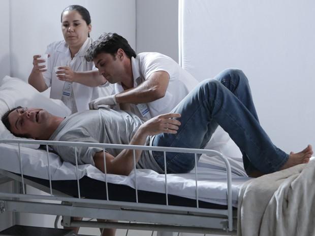 Ele tenta reagir às medicações (Foto: Felipe Monteiro/ Gshow)