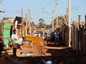 Moradores em rua sem asfalto na Chácara Santa Luzia (Foto: Vianey Bentes/TV Globo)