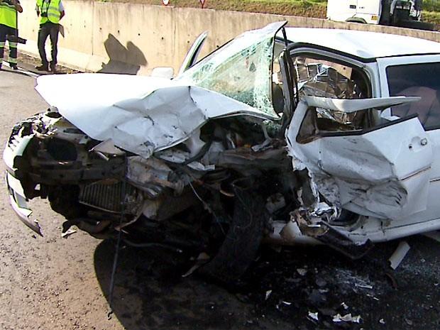 Veículo Gol invadiu a pista na contramão, motorista e passageira de 89 anos morreram na hora (Foto: Reprodução EPTV)