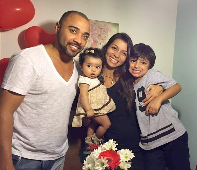 Família reunida! Papai Adriano posa para foto com a esposa e as crianças (Foto: Arquivo Pessoal)