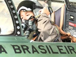 Carla Borges tem 28 anos, é tenente-aviadora e se tornou a primeira mulher a pilotar um caça da FAB