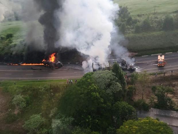 Caminhão carregado de combustível pegou fogo após acidente na BR-376, no Paraná (Foto: Divulgação/Equipe Operações Aéreas do Samu Londrina)