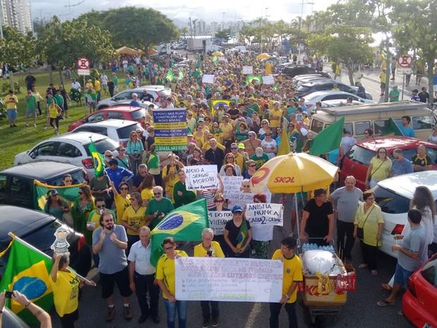 Manifestantes começaram a caminhar por volta das 16h45 em Florianópolis (Foto: Gabriela Machado/RBS TV)