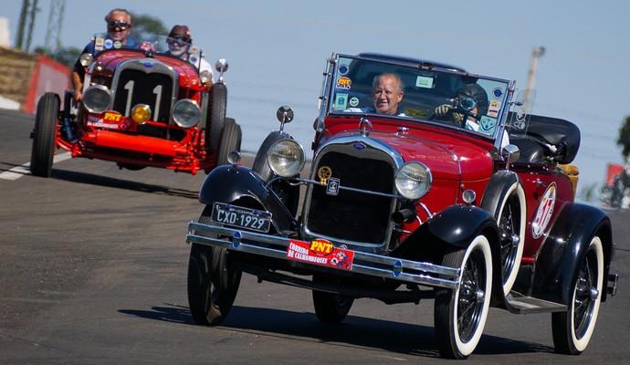 Carros antigos 100 milhas de Piracicaba  (Foto: Adilson Zavarize )