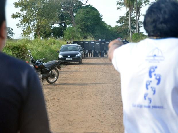 Indígenas e policiais frente a frente na estrada que dá acesso à fazenda (Foto: Tatiane Queiroz/G1 MS)