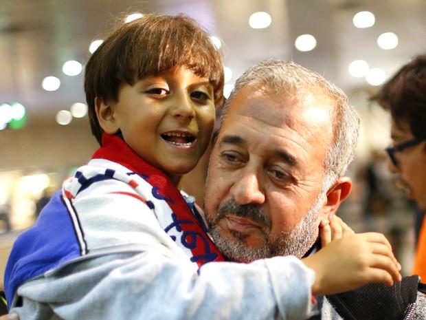 Osama Abdul Mohsen e seu filho Zaid chegam à estação de trem em Barcelona, na quarta (16) (Foto: AP Photo/Manu Fernandez)