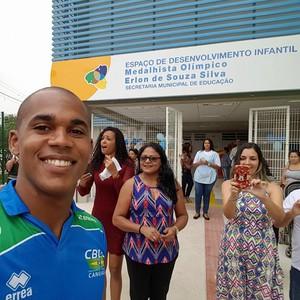 Erlon Souza tirou foto na entrada do EDI que leva seu nome (Foto: Reprodução/Facebook)