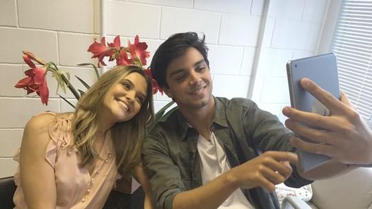 Juliana Paiva e Rodrigo Simas recriam cena de 'Brutinha' e levam fãs à loucura