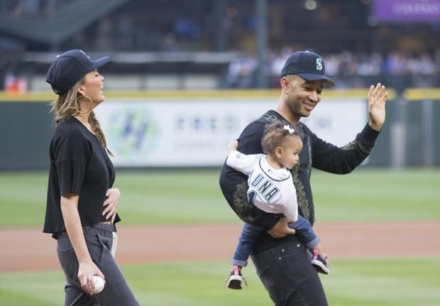 John Legend, sua esposa, Chrissy Teigen, e sua filha Luna Stephens durante jogo em Seattle (Foto: Stephen Brashear/Getty Images)