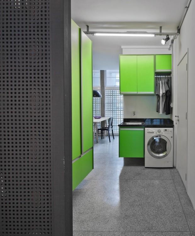 Lavanderia. Transferida para o antigo quarto de empregada, é aberta para a cozinha e para a sala de jantar e separada da entrada social por portão de chapa perfurada. Tem armários de MDF e laminado, da Marcenaria Távola Redonda (Foto: Maíra Acayaba / Editora Globo)